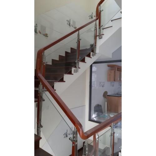 Cầu thang vách kính tay vịn gỗ CTK- G010